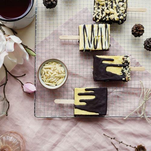 Käsekuchen-Brownies am Stiel